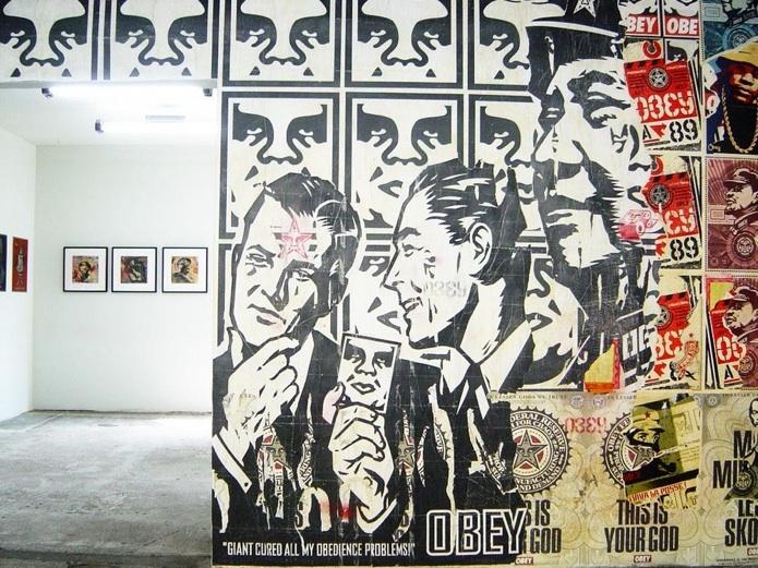 Fra Shepard Faireys udstilling i V1 Gallery, 2004. Foto: Peter Funch