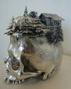 Frodo Mikkelsen: sølvkranieskulptur uden titel