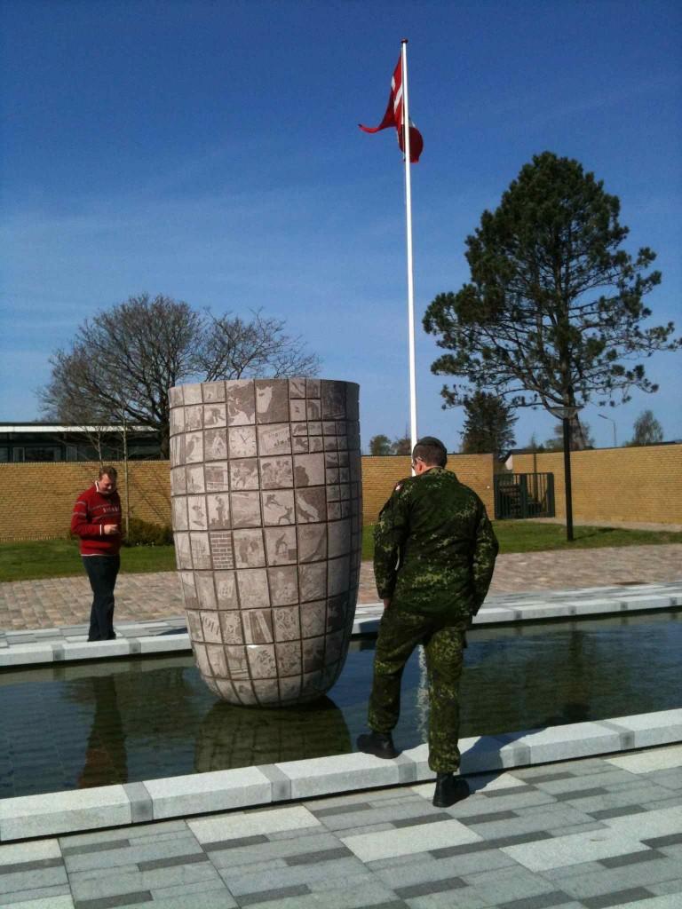 Fra indvielsen af Laila Westergaards 'Granat' på Hjørring Kaserne, april 2014
