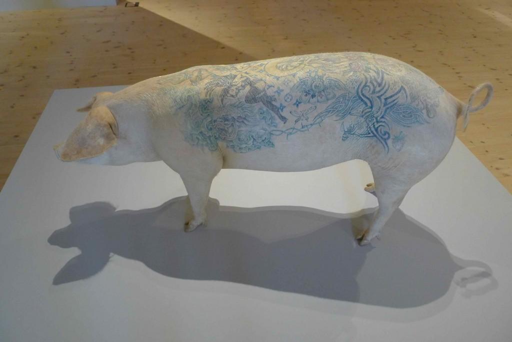 Wim Delvoye tatoverede denne gris (under bedøvelse), mens den endnu var i live - og den fik lov til at leve sit livs fulde længde på Art Farm i Kina, før den døde krop blev transformeret til et kunstværk