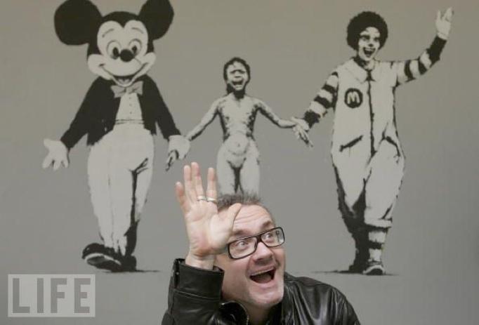 Banksy: 'Can't Beat the Feeling' - med den glade ejer, Damien Hirst i forgrunden (foto: Scott Barbour/Getty Images)