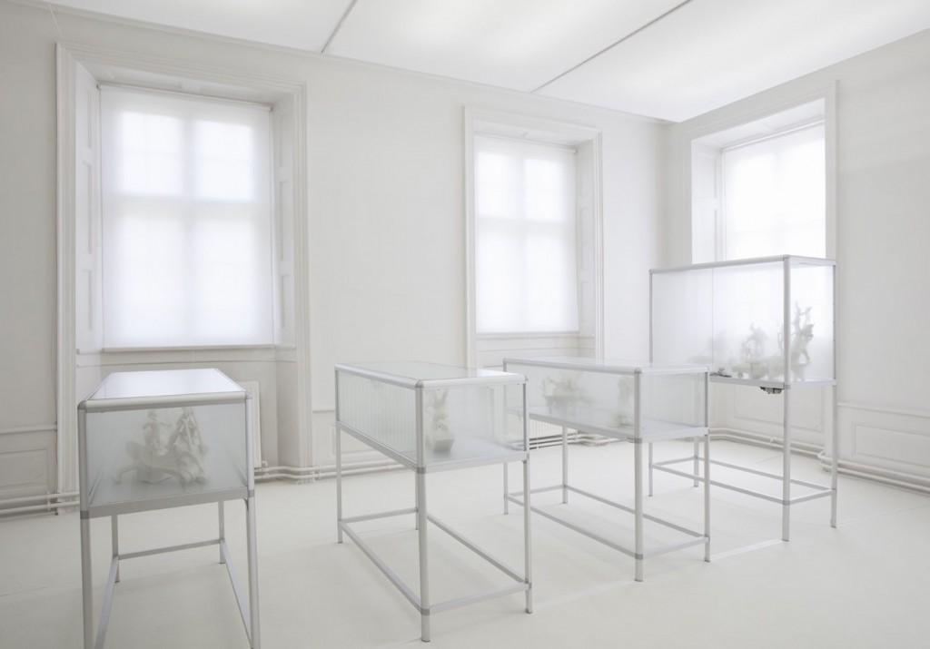 En række af Hindsgavls skulpturer udstilles i glasmontre, fulde af hvid røg og damp!