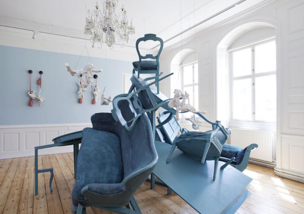 Installationshot fra Louise Hindsgavls udstilling 'Power. Porcelæn. Poesi' på Rønnebæksholm