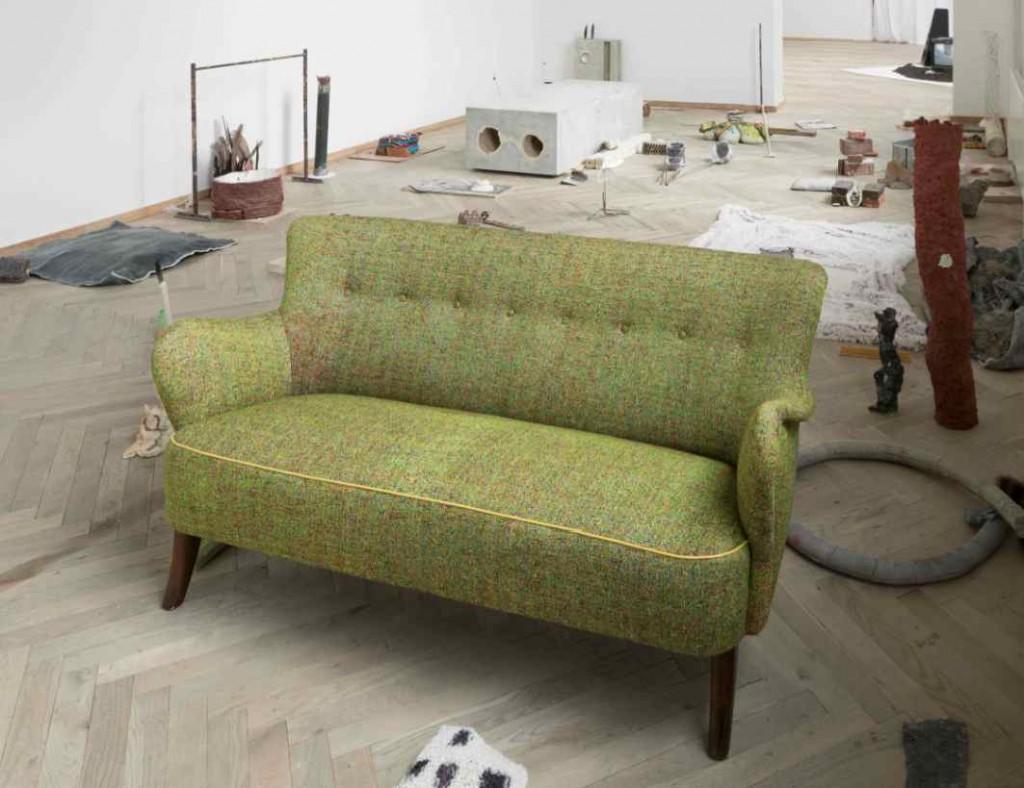 Morten Modins sal, inklusiv sofaen, der er betrukket med stof, han ikke bare selv har vævet, men hvor han også har indfarvet hver en tråd først! Foto: Anders Sune Berg