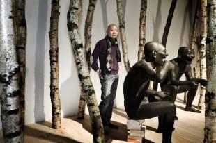 Yue Minjun i sin udstilling på ARoS, 2011