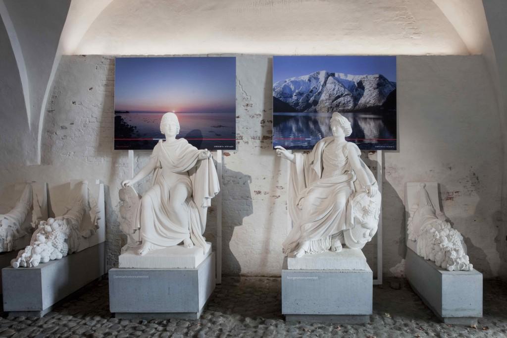 To af Britt Smelværs fotografier bag monumenterne for Danmark (til venstre) og Norge. Foto: Erling Jeppesen