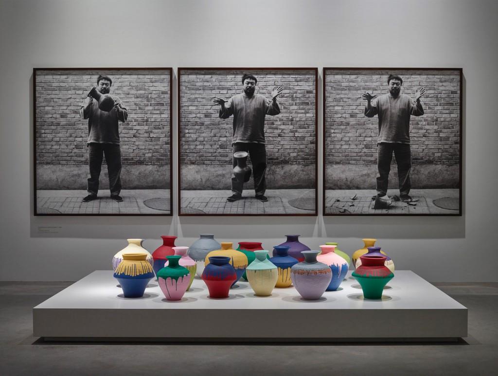 Installationshot med Ai Weiweis fotoserie og bemalede krukker i Faurschou Foundation. Foto: Anders Sune Berg