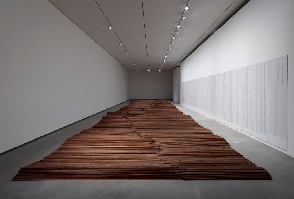 Ai Weiwei: 'Straight', 2008-2012. Bemærk fortegnelsen over de døde skolebørn på væggen til højre. Foto: Anders Sune Berg