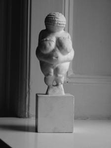 Venus fra Willendorf, ca. 24000 - 22000 f.v.t., afstøbning, vurdering: 350 kroner
