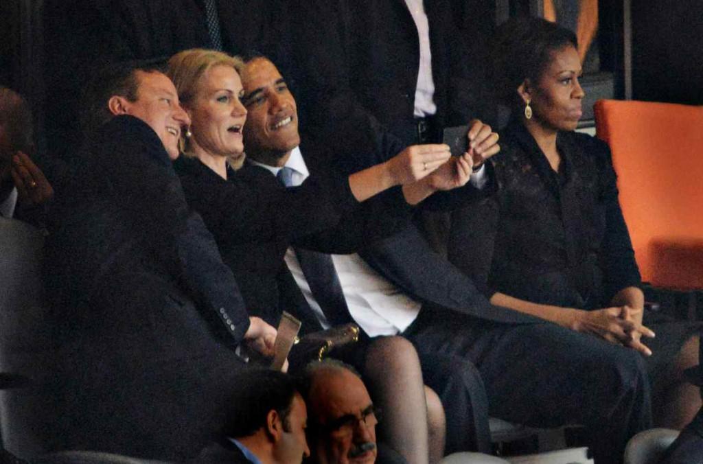 Helle Thorning-Schmidt tager selfie med Barack Obama og David Cameron ved Nelson Mandelas begravelse i 2013. Foto: Roberto Schmidt/AFP