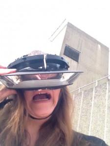 Iført Carsten Höllers brillehjelm, der vender verden på hovedet. Hayward Gallery, London, sommeren 2015