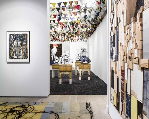 Peter Linde Busks udstilling i Gl. Strand består af både væghængte værker, keramiske skulpturer monteret på slagteblokke, specialdesignede gulvtæpper og tusindvis af vimpler. Foto: Alastair Philip Wiper