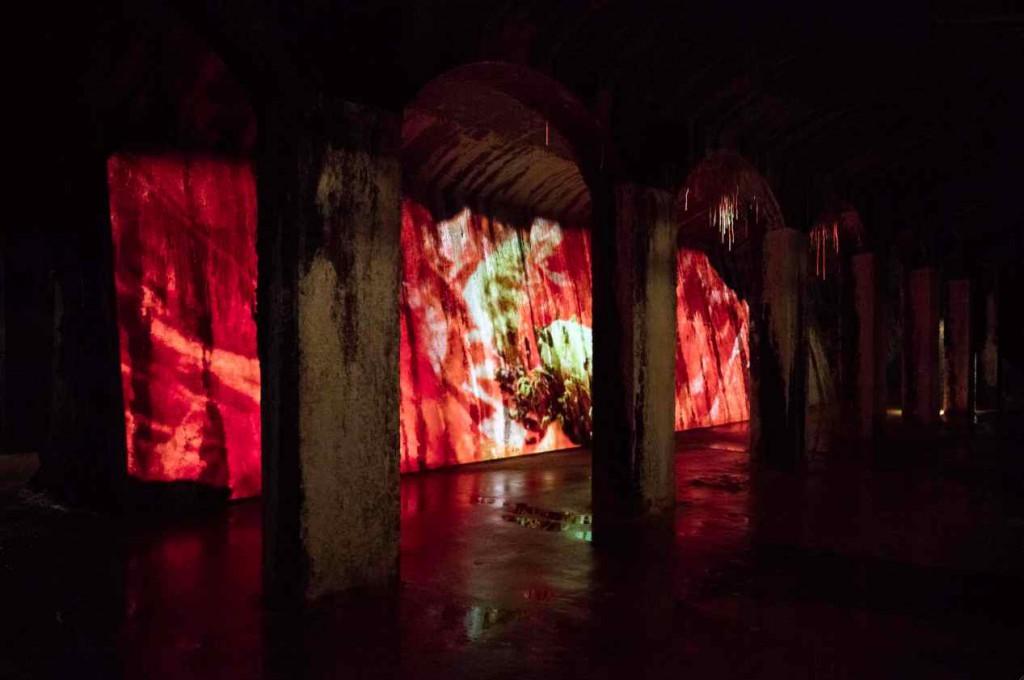 Den 15 meter lange videoprojektion går i stoflig symbiose med den rå væg, den vises på. Foto: Anders Sune Berg