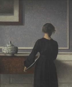 Stilheden er næsten til at tage og føle på i Hammershøis malerier, hvor alting går op i en højere enhed, som det også ses her i 'Interiør, ung kvinde set fra ryggen' malet i 1904. Tilhører Randers Kunstmuseum
