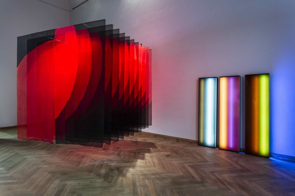 Janne Nes' 'Rød' (tv.) og Christina Augustesens 'Colour Spaces Spring' på Forårsudstillingen, 2016. Foto: Christoffer Askman