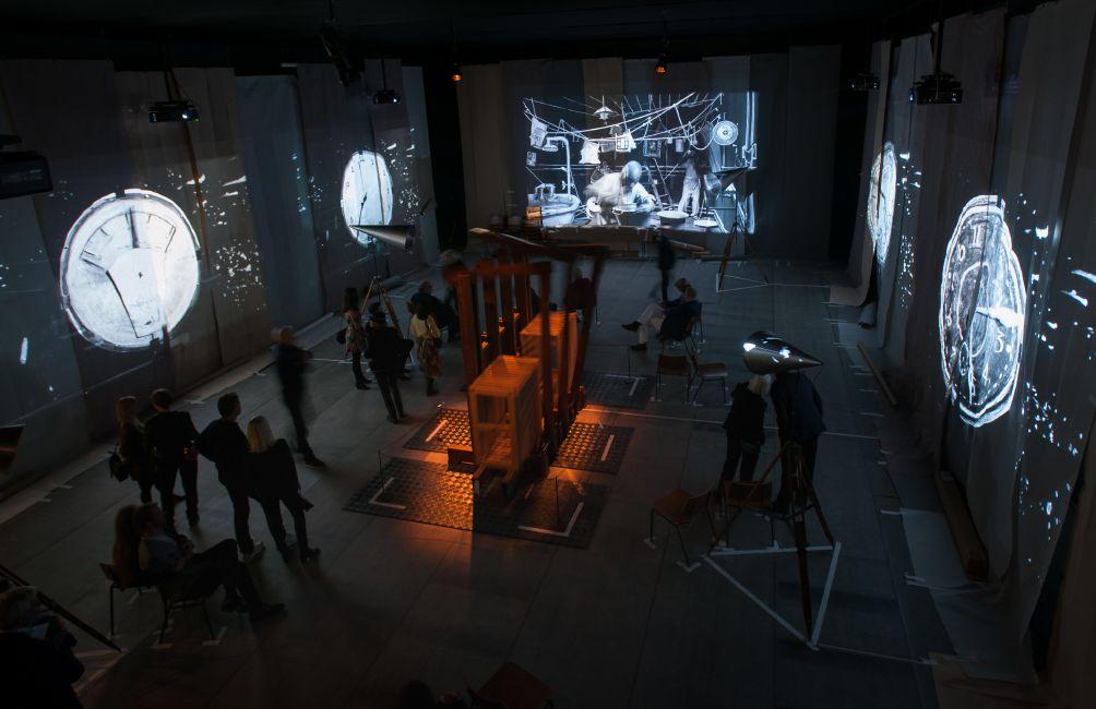 Selvom William Kentridges installation 'The Refusal of Time' fra 2012 faktisk befinder sig inde i udstillingen 'Fire Under Snow', så er værket tilsyneladende en del af 'Illumination' - og helt forrygende, dét er det!