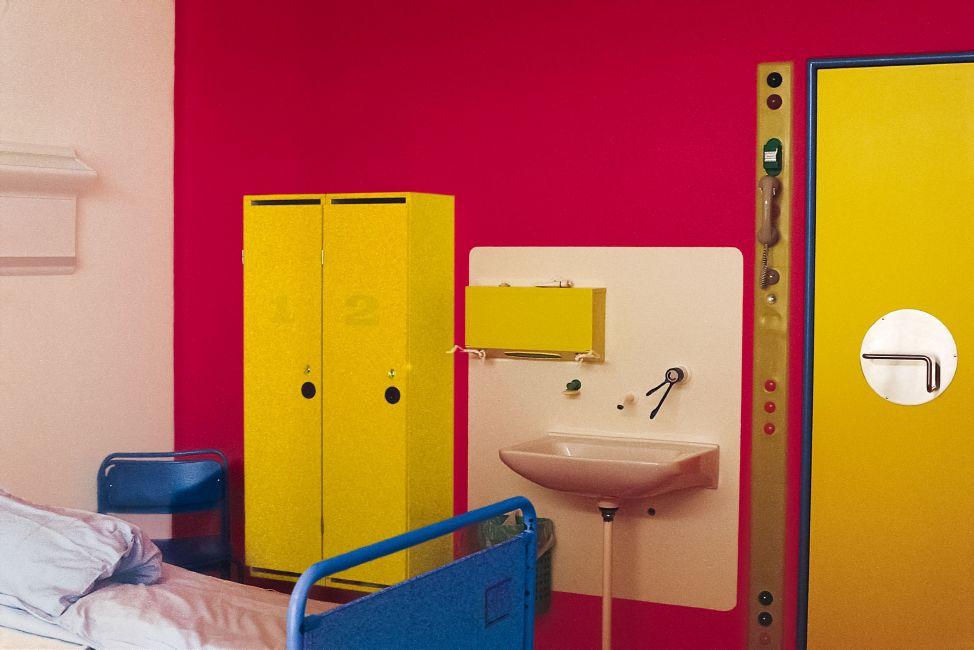 Rekonstruktion af stue på Herlev Hospital, farvesat af Poul Gernes. Tilhører KØS. Louisiana, 2016.