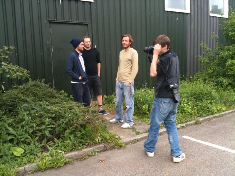 Mit eget billede af 3/4 af A Kassen (fra venstre: Søren Petersen, Christian Bretton-Meyer og Tommy Petersen), samt Politikens fotograf Jonathan Bjerg Møller