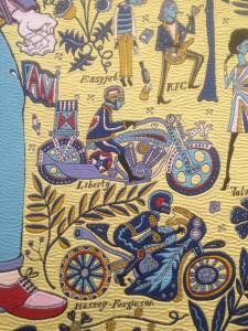 Detalje med Perrys motorcykel (med påskriften 'Liberty') fra gobelinen 'The Walthamstow Tapestry', 2009. Eget foto fra ARoS