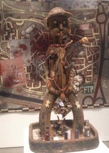 Grayson Perrys skulptur 'King of Nowhere', 2015, og vægtæppet 'The Digmoor Tapestry', 2016, er begge inspireret af hans oplevelser under optagelserne til tv-serien 'All Man', der undersøger maskulinitet i det 21. århundrede, hvilket bragte Perry til blandt andet Nordenglands bandeområder. Inspirationen er hentet i traditionel, afrikansk kunst - ikke helt ulig Jake & Dinos Chapmans serie 'The Chapman Family Collection' fra 2002