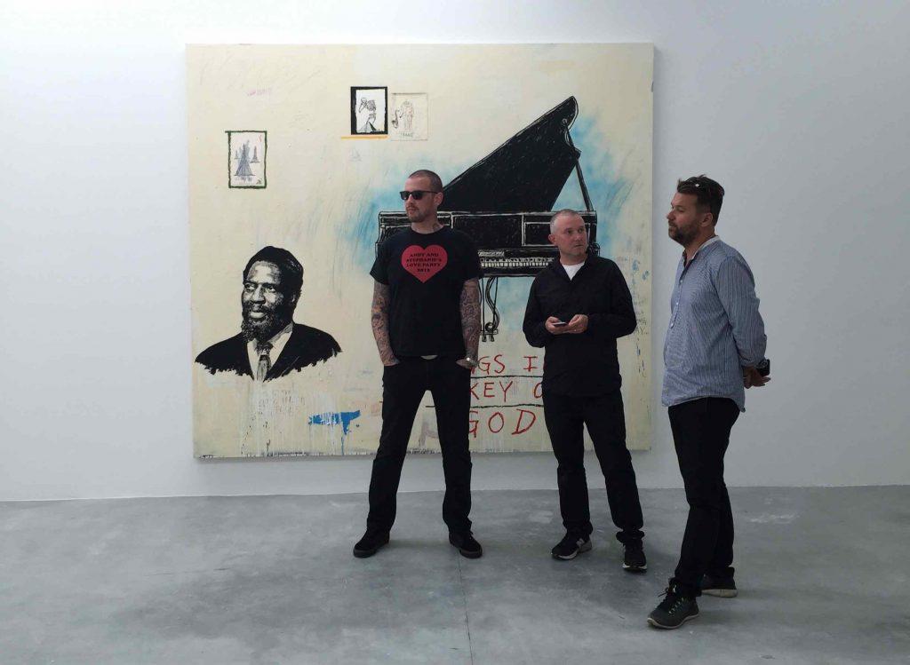 Wes Lang (til venstre9 i V1 Gallery med galleriejer Mikkel Grønnebæk og kunstsamler Jens-Peter Brask, 2016